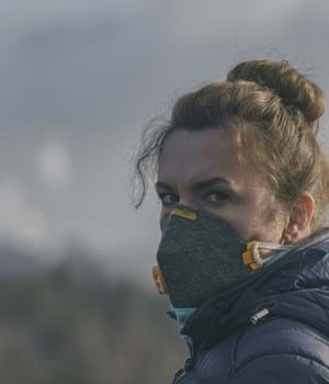 woman wearing mask due to air pollution